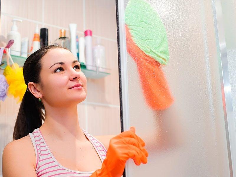 C mo limpiar la mampara de la ducha en 3 pasos the bath for Como limpiar la mampara del bano